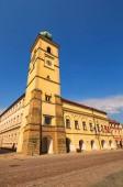 Barevné starobylé radnice proti modré obloze v letním dni. Smetanovo náměstí je hlavní náměstí v Litomyšli, Česká republika