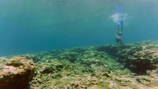Immersione di uomo subacquea con boccaglio e maschera