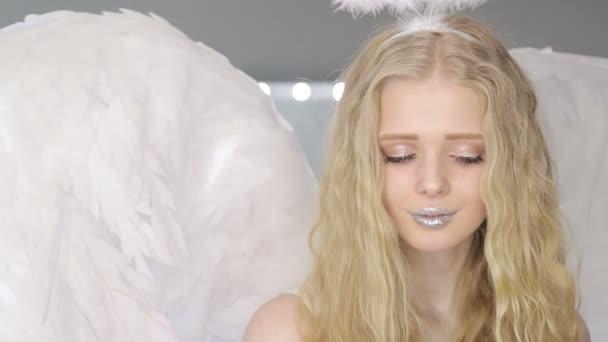 Krásná mladá blondýnka pózuje na kameru