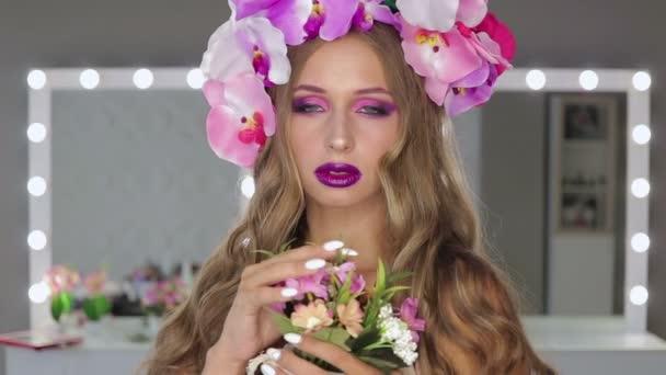 Žena s květinami a světlý make-up