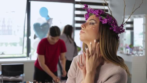 Frau Blume Kranz Ruf mit Spiegel hinter