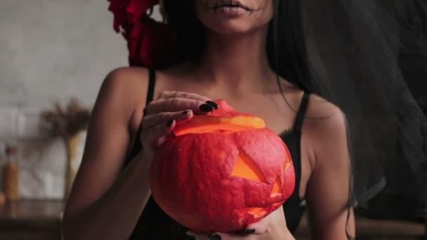 schlankes Mädchen in einem durchscheinenden Schal, Body-Art-Skelett für Halloween