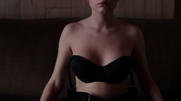 Smyslná žena na podprsenku na pohovce