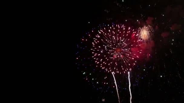 Erstaunliches Feuerwerk. helle Spritzer von Salutblumen gegen den Nachthimmel. Tag des Sieges.