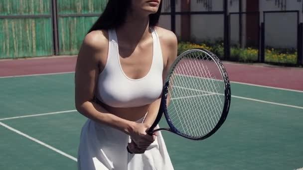 Oříznout ženu hrající tenis na hřišti