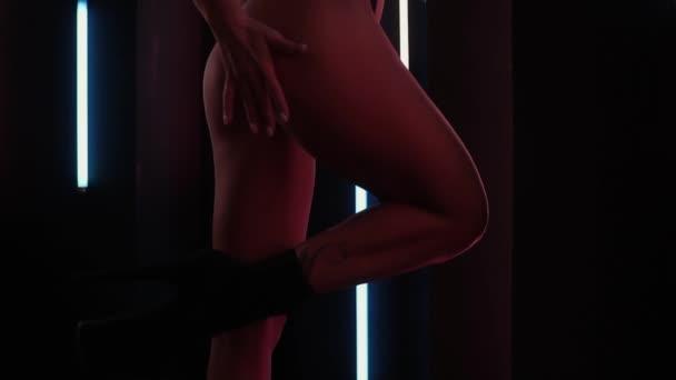 Fit žena ve spodním prádle tanec v nočním klubu