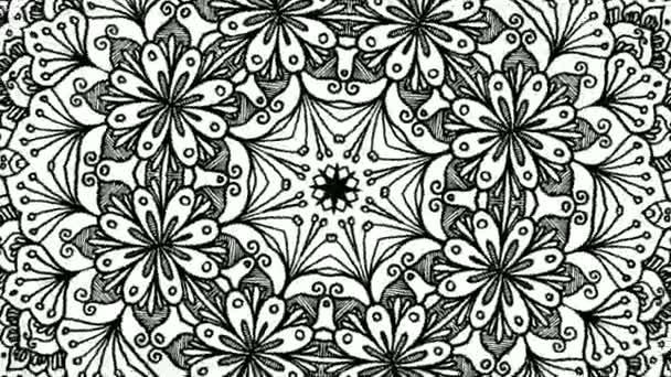 A fekete-fehér, virágos, szimmetrikus és körkörös mandala formatervezésű forgó számítógépes mozgóképek közelsége. Animáció