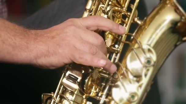 Zenész játszik szaxofon, jazz, közelről