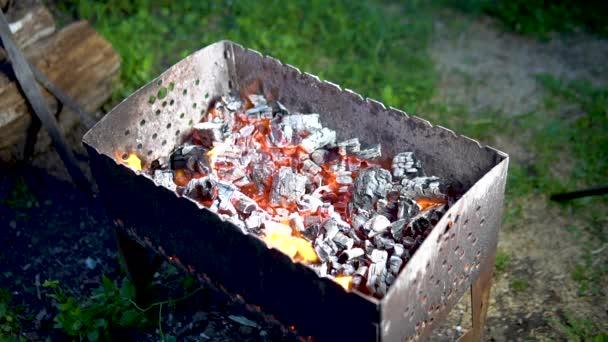 Gril pečený na uhlících spálených uhlících hořící uhlíky na Green Grass Street