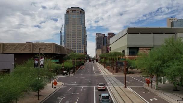 Phoenix, Az, Amerikai Egyesült Államok - 2018. október 12.: Washington Avenue-n, a 5th Street Phoenix, downtown, sky, borított sűrű monszun felhők, Arizona közelében nyugati irányban