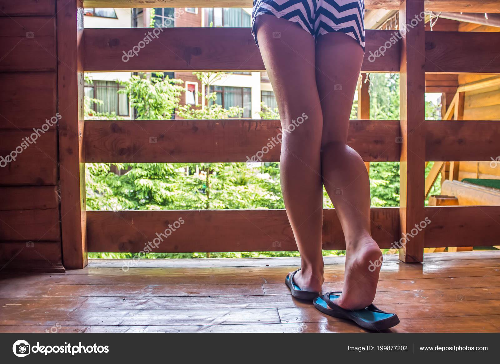 Mädchen Nackten Füßen Auf Holzboden Auf Balkon Stockfoto