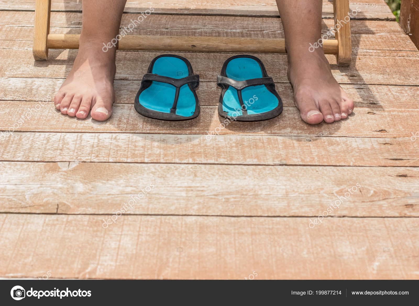 cc6392474d22 Girl Bare Feet Flip Flop Wooden Floor Rest Concept Empty — Stock Photo