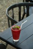 Erdbeer Smoothie Frappe auf schwarzem Holztisch.