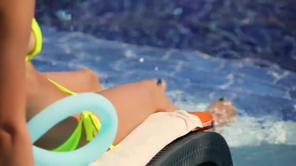 Nelze rozpoznat žena relaxaci v bazénu, letní dovolená dovolená