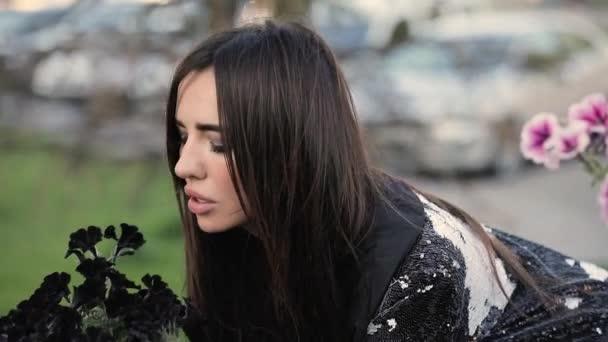 Сексуальные девушки нюхают цветы