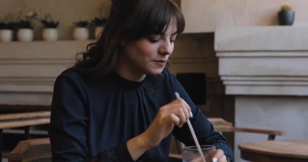 Pozitivní šťastná dívka v kavárně mi dát frappé s ledem