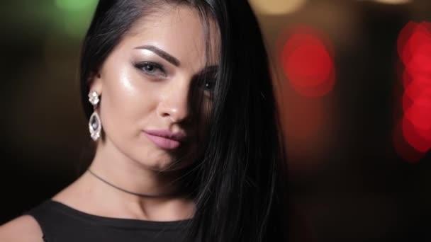 Šperky koncept, zblízka žena tvář s náušnice bižuterie v noci