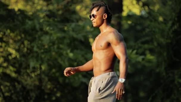 muskulöser schwarzafrikanischer Mann beim Training in einem Park