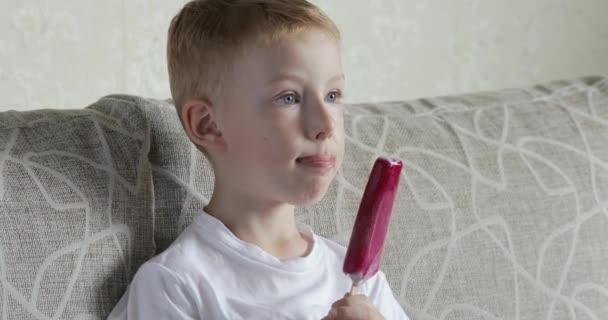 chlapec jíst zmrzlinu