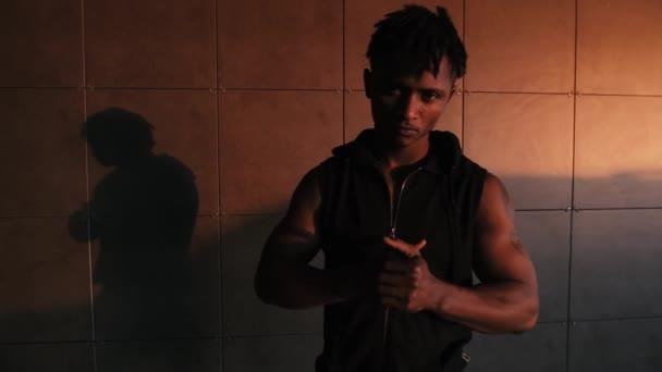 Rapper Mann ernstzunehmender Hooligan Gangster in urbanem Ort schaut mich an