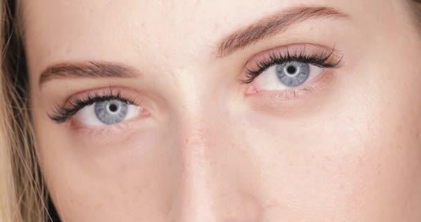 Krásná žena tvář s detailním make-up