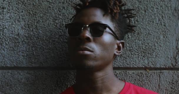 Vážné Američan Afričana muž v černé sluneční brýle umožňují to gesto ruky rock