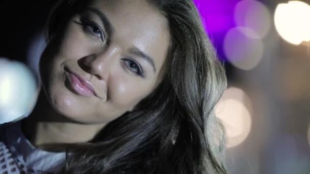 Zvláštního žena s náušnice pózuje v noci closeup