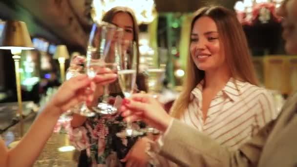 Oslava narozenin, Připijte si přátel žen a pití šampaňského