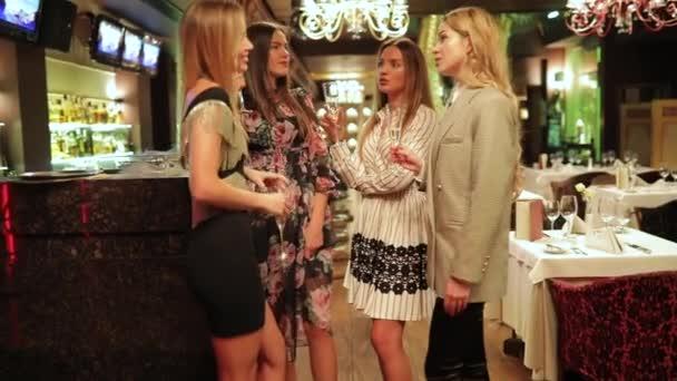 Születésnapi party, a nők meg csörög szemüveg és ivóvíz pezsgő