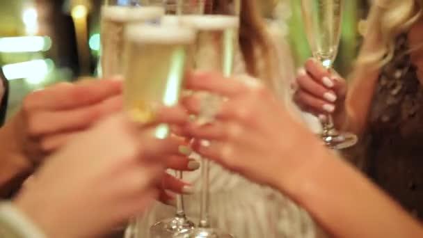 Frauen Hände Klirren der Gläser auf Geburtstagsparty, Nahaufnahme