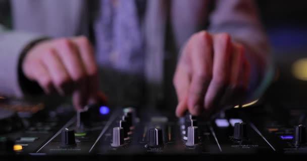 Dj keverés zene egy íróasztal panel a nightclub kezében