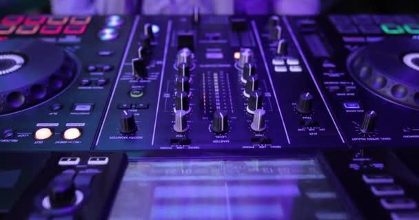Rukou Dj mixování hudby na stůl panelu v nočním klubu, jezdec výstřel