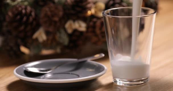 Nalijte mléko do skla