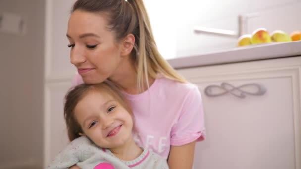 Dcera a její matka objetí doma v pomalém pohybu