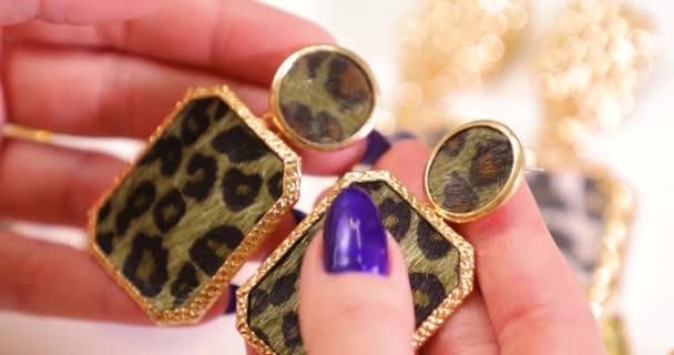 Šperky na samičce můžete všimnout ruce, Žena hospodářství drahých náušnic, makro video