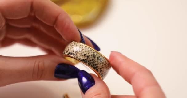 Šperky na samičce můžete všimnout ruce, Žena hospodářství náušnice, makro video