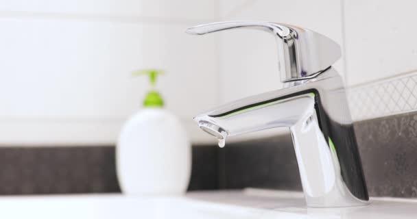 Zavřete vodovodní kohoutek správně, až na doraz