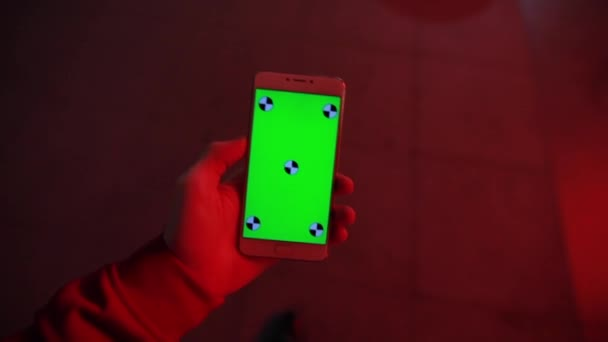 POV, zelená obrazovka smartphone v mužské ruce