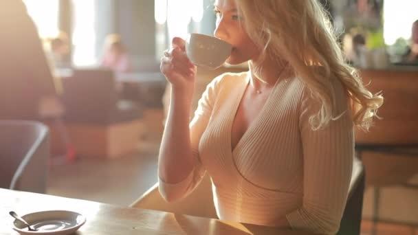 sexy žena, pití kávy