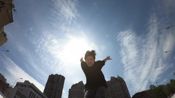 Mann springt über blauen Himmel Hintergrund
