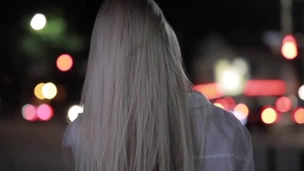 Szexi nő, hosszú haja pedig szembe az éjszakai város