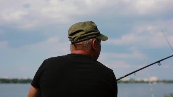 Horgász dobókar egy folyóba