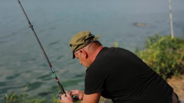 Horgász hal a folyón
