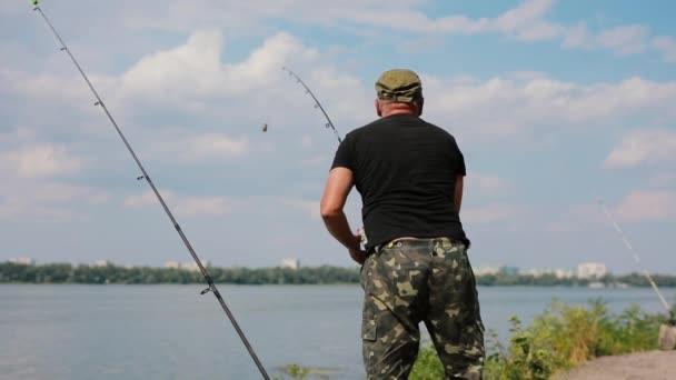 Rybář házel do řeky