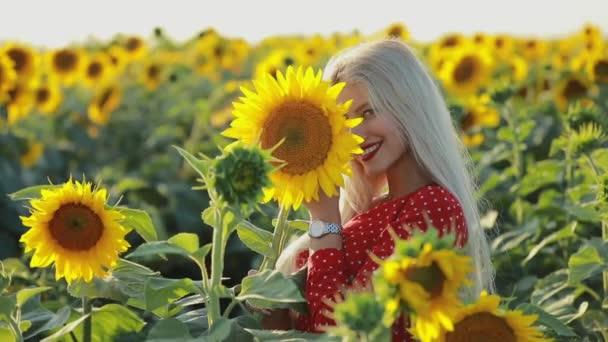 Krásná ženská portrét ve slunečnicovém poli, pomalý pohyb