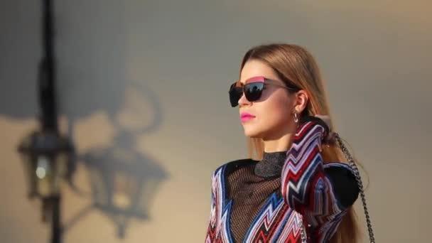 Gyönyörű divatos női modell séta a városban