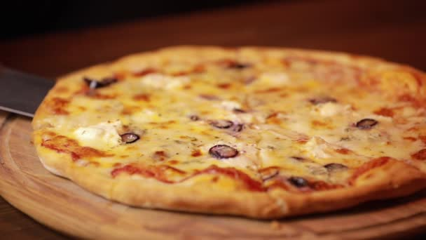 Vezměte si kousek pizzy z dřevěné desky