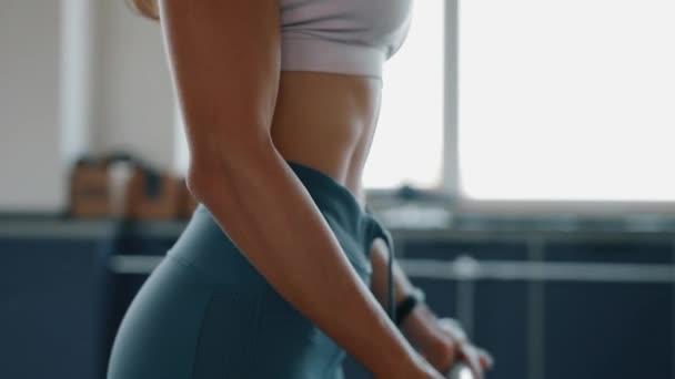 Žena cvičení pro biceps