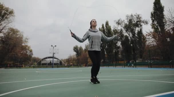 Sportovní žena, aby lano skoky na stadionu