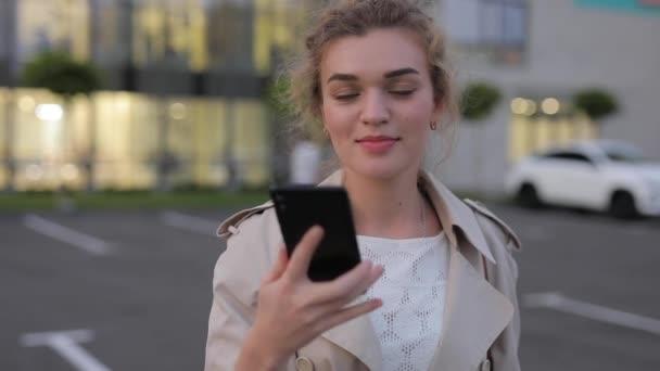 Žena zobrazující smartphone se zelenou obrazovkou